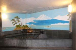 Lukisan indah Gunung Fuji dalam kamar mandi a la Jepang