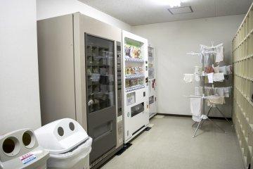 <p>肚子饿,有不想出门?这里有3台自动贩卖机,永远饿不了肚子。</p>