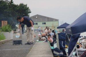 En été, les barbecues sont de mise au bord de la plage de galets