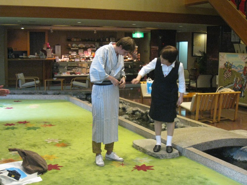 Персонал показывает, как надевать юкату. К сожалению японская одежда не всегда впору для русских людей