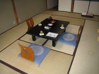 Столик с холодным чаем и сладостями посередине нашей комнаты