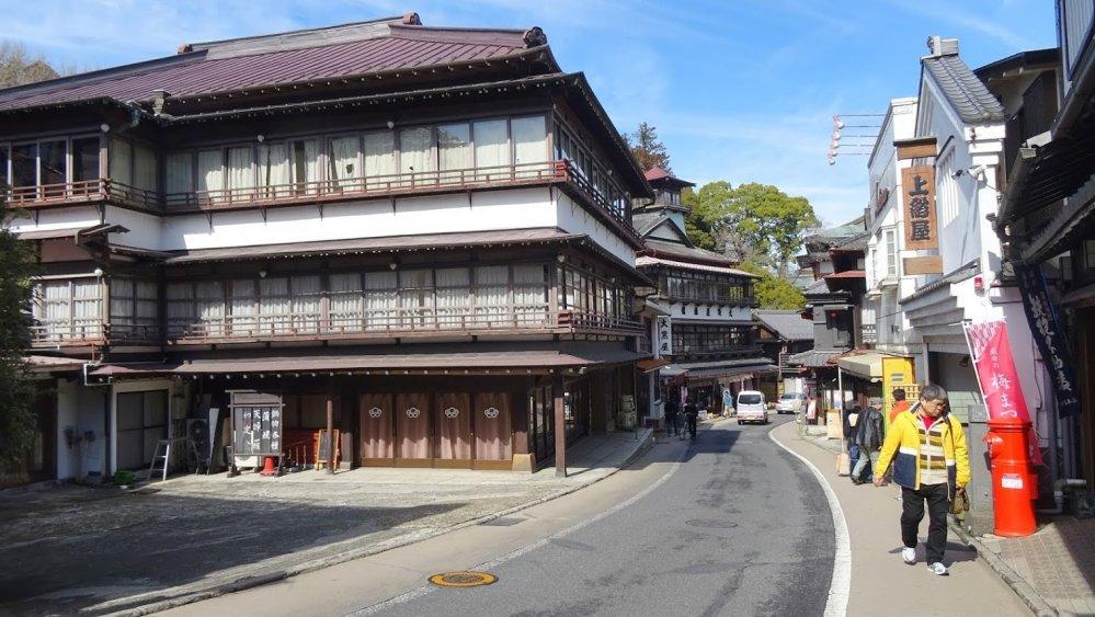 เป็นเวลากว่า 300 ปีที่ร้านค้า ร้านอาหาร บนถนนโอะโมะเตะซันโดะ สายนี้ได้เปิดประตูต้อนรับแขกผู้มาเยือน