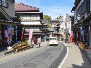ร้านอาหารและร้านค้าบนถนนโอะโมะเตะซันโดะ