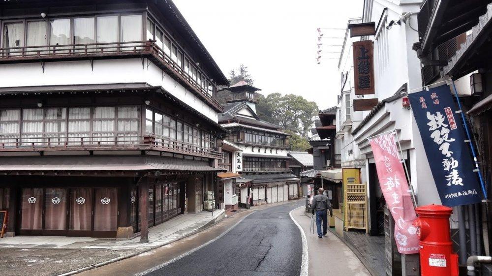 ถนนโอะโมะเตะซันโดะ (Omotesando) เป็นเส้นทางที่พาไปสู่วัดนาริตะซาน ชินโชะจิ