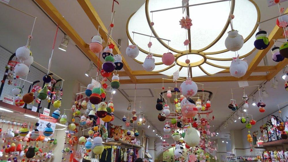 ตุ๊กตาและของเล่นเล็ก ๆ ที่ทำด้วยผ้าไหมที่มีรอยย่นซึ่งเป็นลักษณะพิเศษของผ้าไหมชิริเม็นของญี่ปุ่น