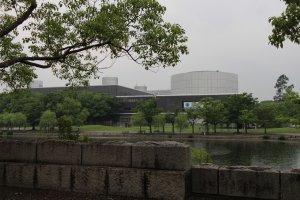 Le Minpaku, bâtiment typique des années 1970, se situe un peu plus loin dans le parc, dans une partie boisée et bordée d'un étang