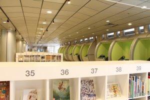 La bibliothèque et l'espace vidéo du Musée, à disposition des visiteurs