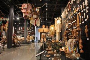 Une des salles dédiées au Japon comporte un tas d'objets, notamment liés aux cérémonies et rituels shintoïstes