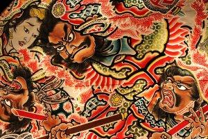 On y trouve également un magnifique exemplaire de lanterne flottante, peinte à l'effigie de personnages mythiques