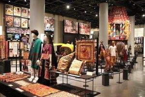 La salle sur l'Inde, très colorée et agrémentée d'objets de toutes sortes