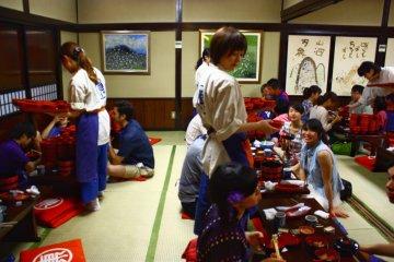 완코소바 도전은 방문객들 사이에서 매우 인기가 있고 식당들은 보통 바쁘다.