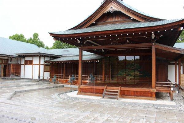 総檜造りの、屋外能舞台と、中庭見所