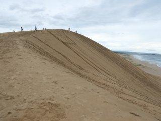 Puncak bukit pasir yang cukup tinggi dan melelahkan untuk didaki
