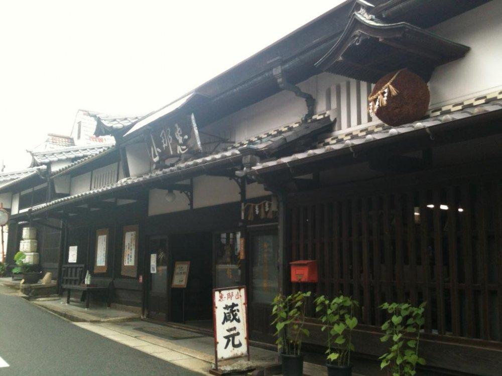 Công ty sản xuất rượu Hazama Sake 390 năm tuổi tại lối vào Nakatsugawa-juku.
