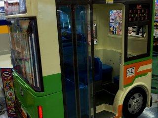 Автобус очень маленький и рассчитан на водителя и двух пассажиров