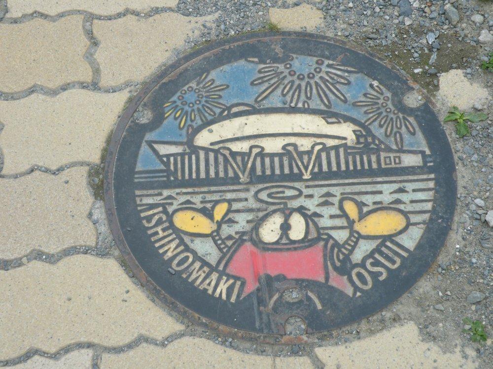 Bảo tàng Mangattan ở Ishinomaki được vinh danh trên một nắp cống