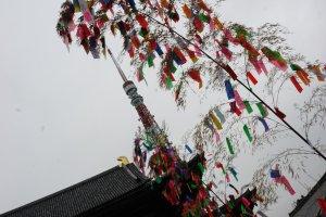Kuil Zojoji dan Tokyo Tower sebagai background