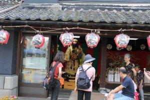 山車から降ろされた人形は、各町内の山車小屋に飾られます。この写真は、神武天皇です。