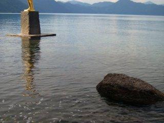 Hay bức tượng Tatsuko, dành cho chủ nhân của hồ nước