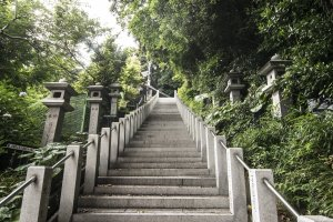 Up the steps, and into Kanzanji Temple.