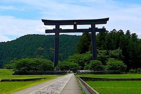 El santuario Kumano Hongu y un Torii gigante