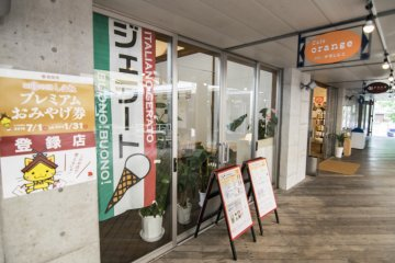 <p>Cafe Orange sells ice cream and gelato, a great pick-me up after your shopping and lessons here at Karakoro Art Studio.</p>