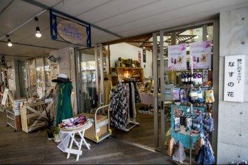 <p>Nasu no Hana is an apparel shop set in the courtyard.</p>