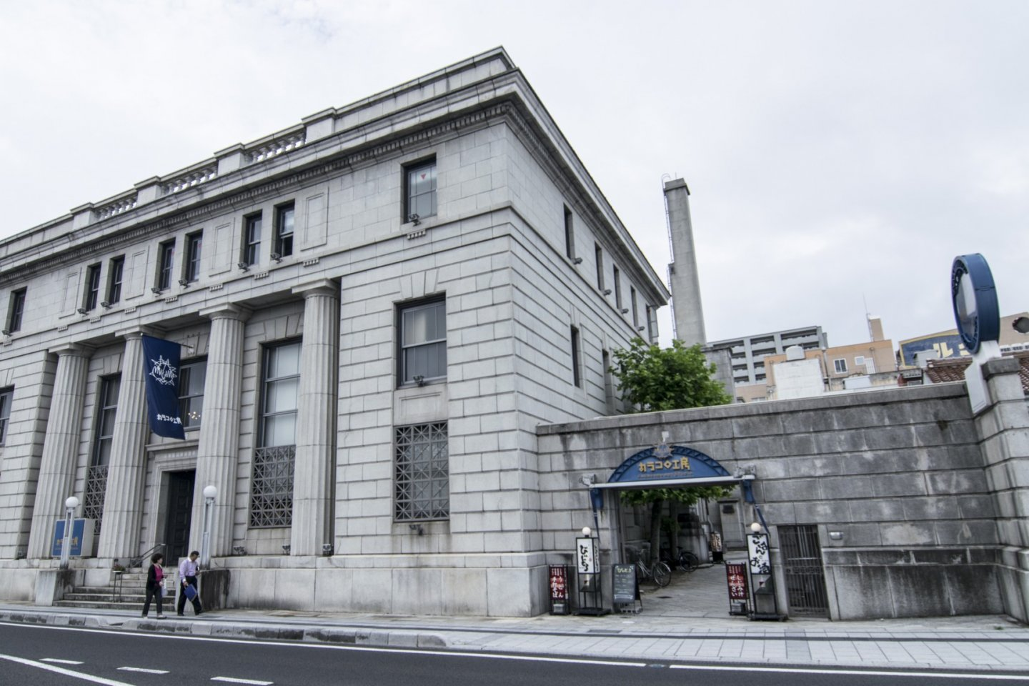 The front facade of Karakoro Art Studio. Using the restored premises of the old Bank of Japan, Karakoro Art Studio stands out with its distinctive European architecture.