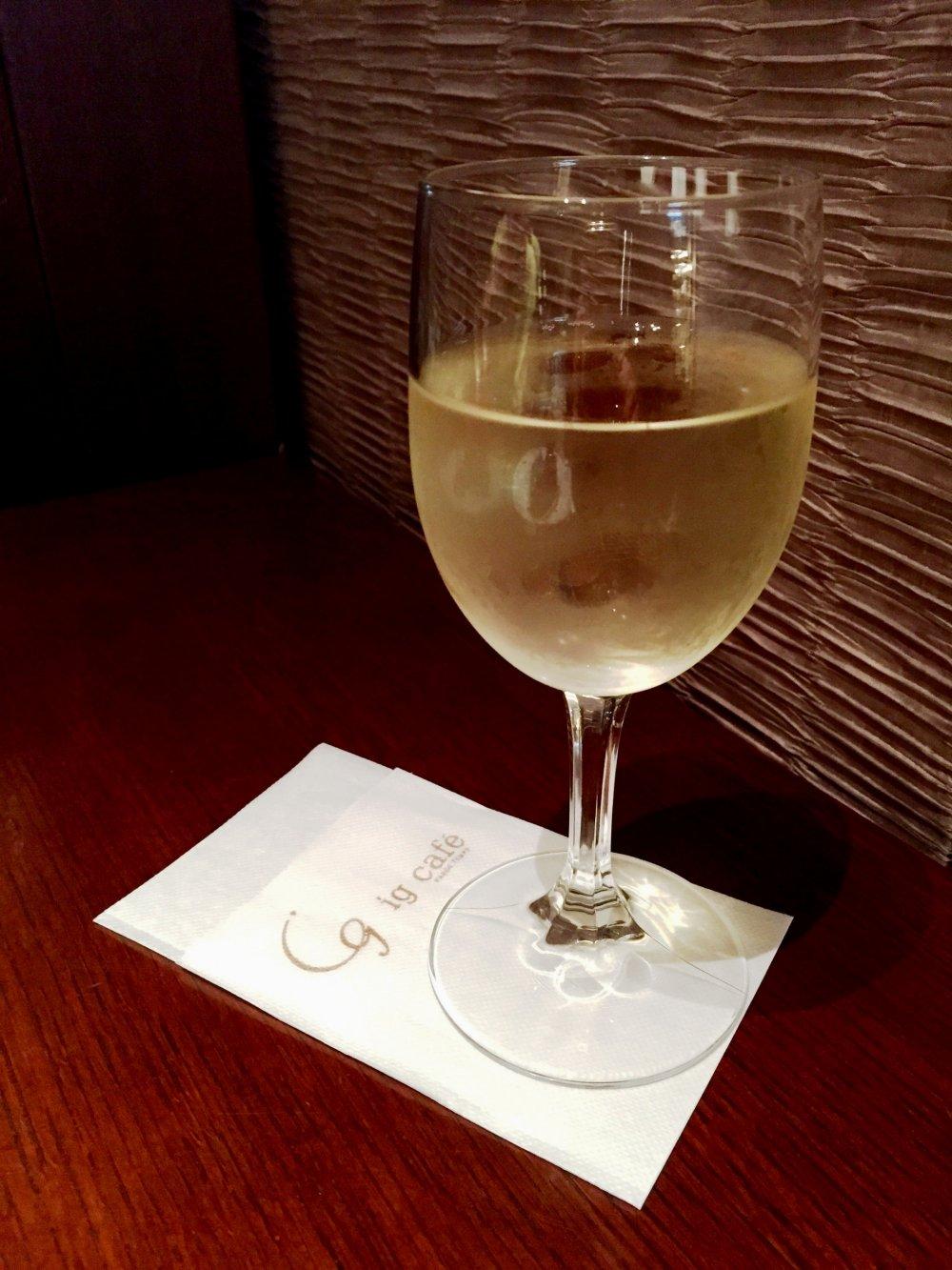 Белое вино - отличное дополнение к десерту