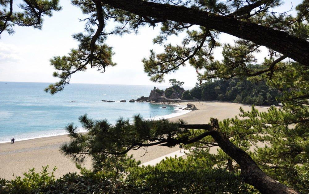 Pantai Katsurahama dari kejauhan