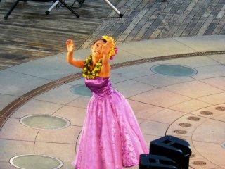 Для выступлений соло есть две категории - мисс Hula Lehua и мисс Hula Lehua Girl