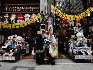 Kebanyakan di dominasi oleh toko yang menjual busana