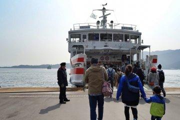 ชมมิยะจิมะจากบนเรือ JR