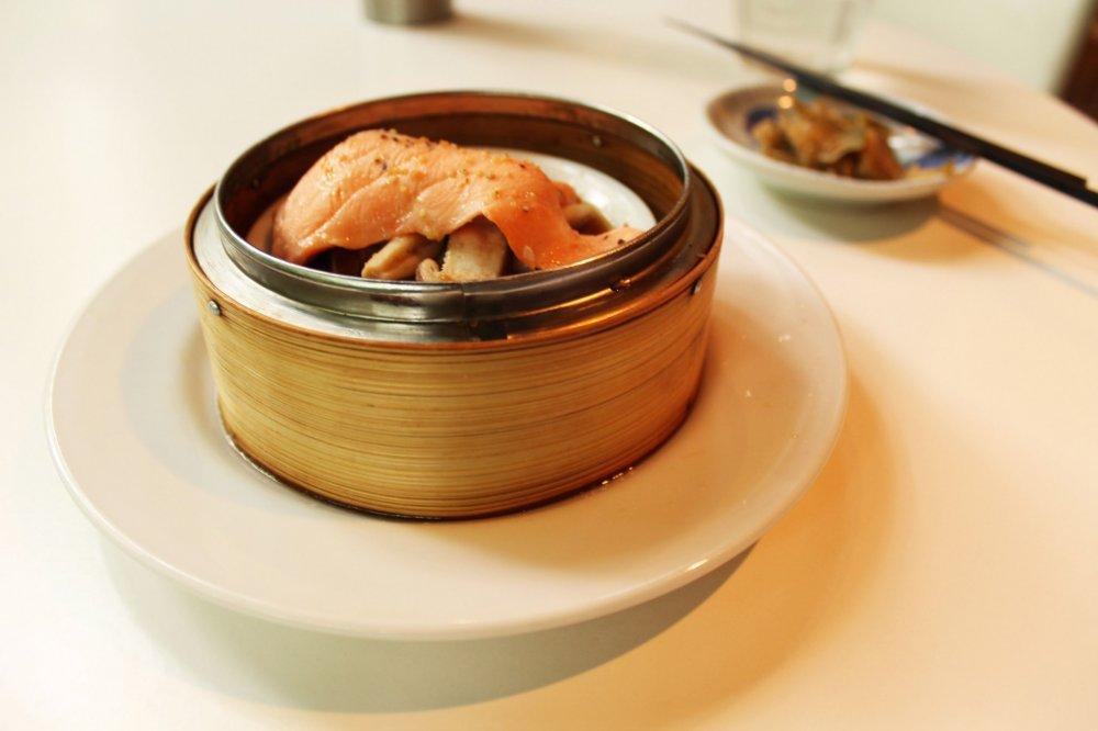 Món khai vị gồm rau củ dầm cùng cá hồi và nấm được trang trí đẹp mắt và tan chảy trong miệng