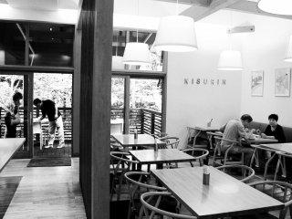 Bên trong nhà hàng trông vô cùng sang trọng và thoải mái