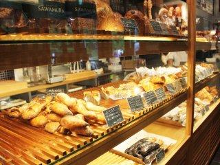 사와무라 빵집에 있는 빵과 케익들