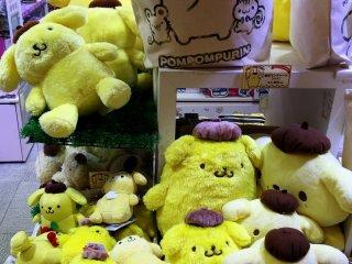 Смешной желтый персонаж Pompompurin - собака породы золотой ретривер, которая любит есть пудинг