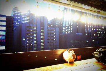 <p>4층 창가 테이블에서 보이는 도쿄의 빌딩들</p>