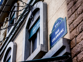 Ngay cả tên của các đường phố cũng được trình bày theo kiểu Pháp