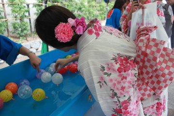 <p>Challenging the balloon fishing, a popular activity at Japanese festivals</p>