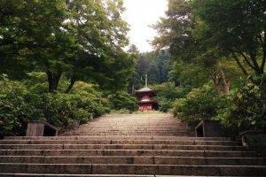 Виднеется небольшая пагода