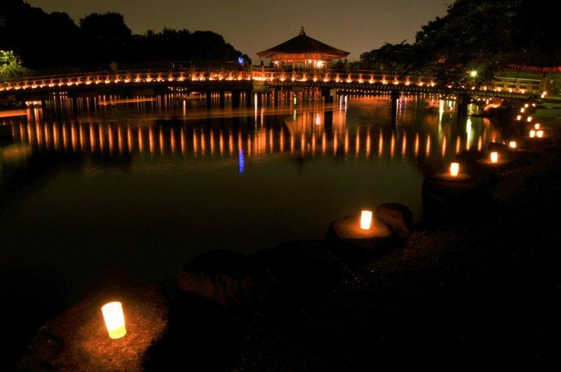 โคมไฟและเรือสะท้อนในสระน้ำในสวนนารา