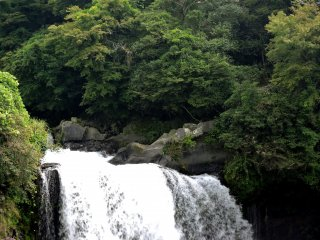 The falls are located on The Shiba River in Fujinomiya