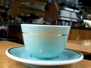 Чашка фирменного цвета кофейни