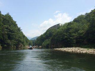 สถานี Kinugawa-Onsen อยู่ห่างจากแม่น้ำ Kinugawa ใช้เวลาเดินเพียงห้านาที หลังจากแช่เท้าแล้ว อย่าลืมเดินไปชมวิวแม่นู้ำ