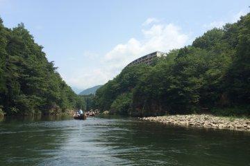 <p>Станция Кинугава-Онсэн расположена в 5 минутах ходьбы от реки Кинугава. После онсэна для ног, прогуляйтесь, чтобы посмотреть на реку.</p>