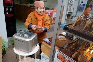 คุณป้าคนขาย ยืนอุ่นไทยากิฮัมเพลงไปด้วย สั่งกี่ชิ้น กี่รส ไม่ต้องจด ป้าจำได้