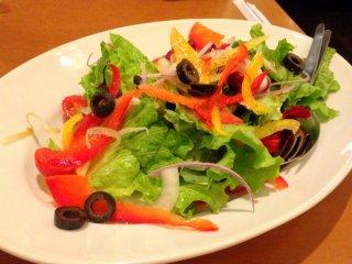야채 샐러드와 내가 가장 좋아하는 올리브 슬라이스는 맛있는 애피타이져다. 후회없는 주문!