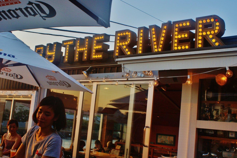 Sân hiên của Diego bên dòng sông