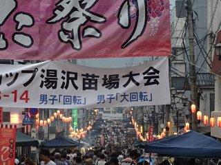 Đường phố được trang hoàng với những màu sắc sôi động của lễ hội một tuần trước Obon